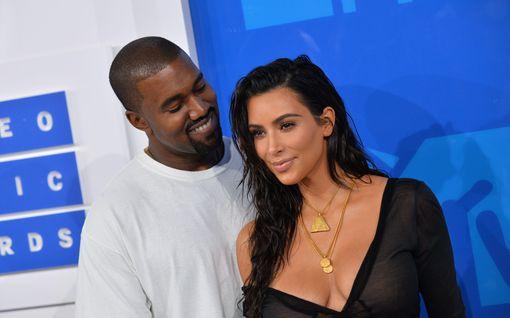 Kanye West yritti estää Kim Kardashianin häät erikoisilla viesteillä – näin superparin värikäs rakkaustarina eteni