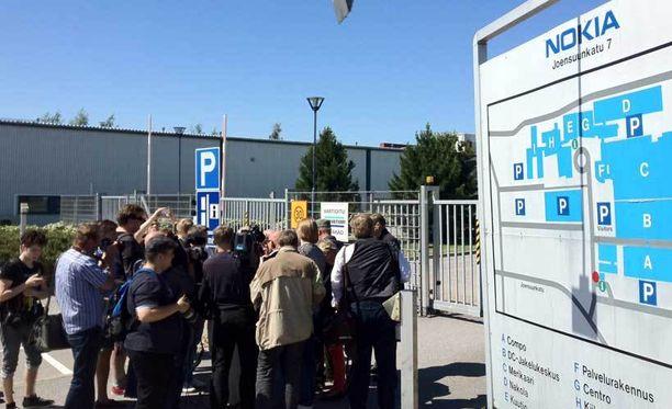 Median edustajat kokoontuivat Salon tehtaan pihalle kuulemaan tuotekehityksen luottamushenkilö Aimo Leskelää.