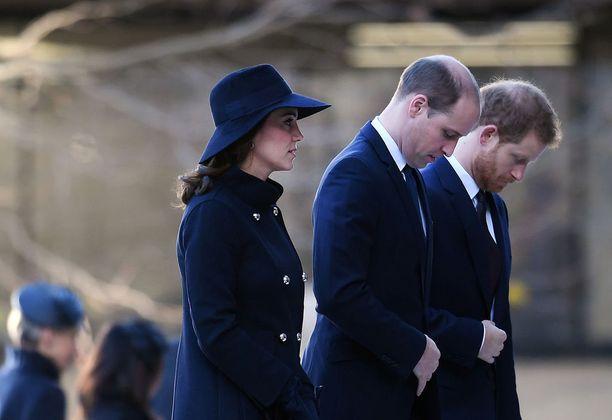 Kuninkaalliset saapuivat paikalle kertomaan osanottonsa.