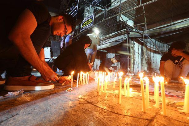 Bagdadilaiset sytyttivät kynttilöitä uhrien muistolle.