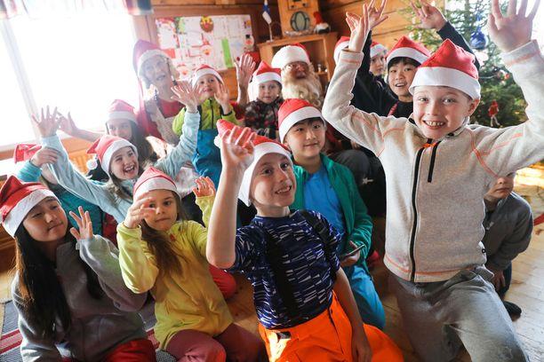 - Tämä on nyt se oikea joulupukki, tokaisi seitsenvuotias Ronja (neljäs oikealta) joulupukin nähdessään.