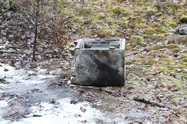 Tämä kassakaappi kuljetettiin kohteesta maastoon, jossa se räjäytettiin auki.