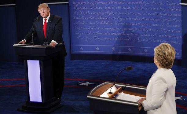 Donald Trump voitti demokraattien Hillary Clintonin vuoden 2016 presidentinvaaleissa. Kuva ehdokkaiden viimeisestä väittelystä 19. lokakuuta.