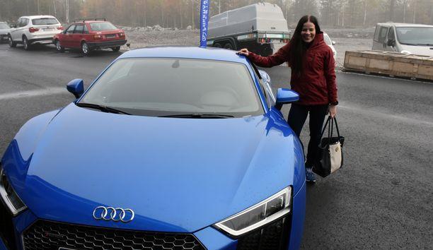 Krista Pärmäkoski saapui lehdistötilaisuuteensa keskiviikkona luksusautolla.