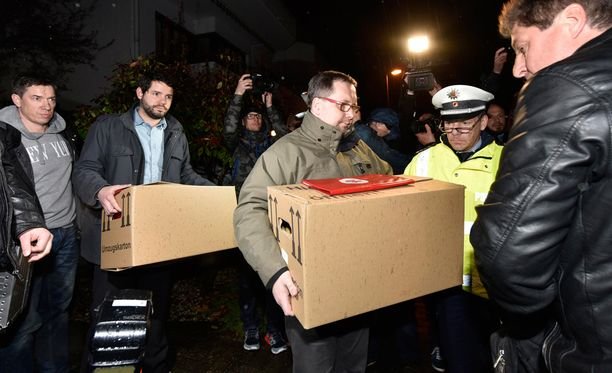 Poliisi kantoi tavaraa laatikoissa ulos Lubitzin Düsseldorfin asunnosta torstai-iltana.