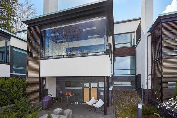 Rivitalon on suunnitellut Aaro Virkkunen. Asuintilojen pinta-ala on 341 neliötä.