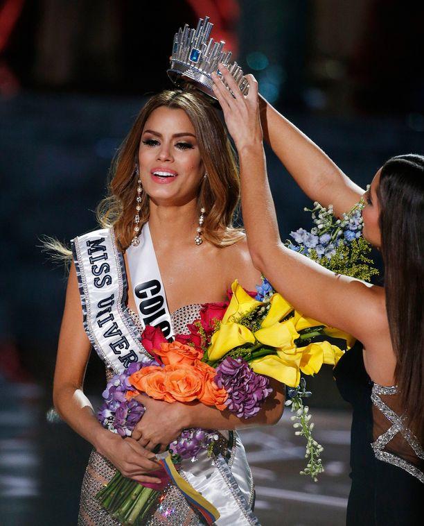 Ariadna Gutiérrez ehti saada voittajatilpehöörit ylleen ennen kuin moka huomattiin.