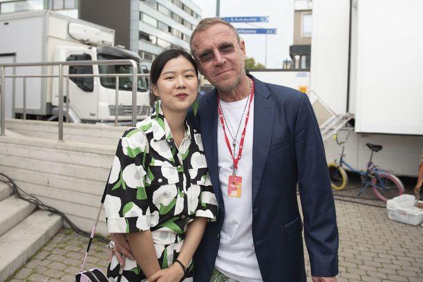 Renny Harlin saapui Poriin kiinalaisen naisystävänsä kanssa.