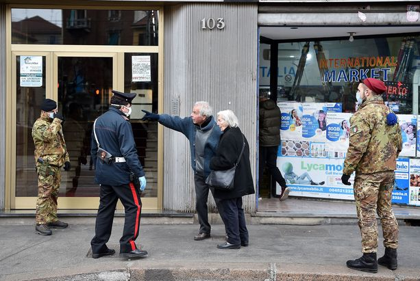 Italia on marssittanut sotilaat kaduille koronavirusepidemian vuoksi. Kuvassa sotilaat puhuttavat iäkästä pariskuntaa Turinissa.