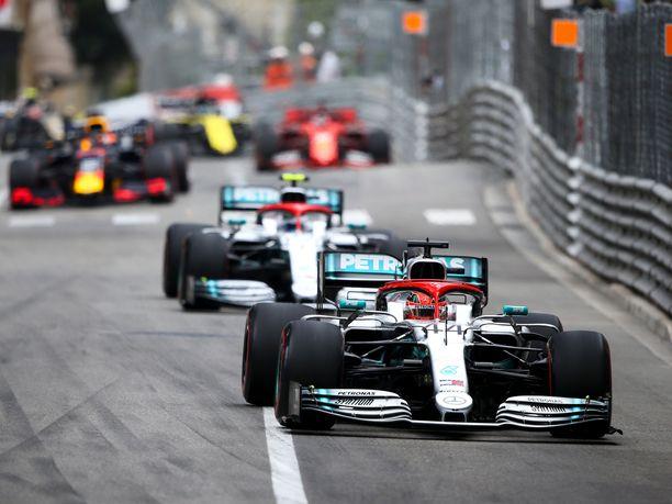 Lewis Hamilton paahtaa kisan kärjessä.