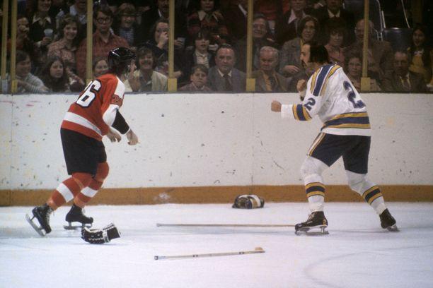St. Louis Bluesin Steve Durbano (oikealla) oli pelottava ilmestys. Kuva on kaudelta 1973–74 ja vastassa Philadelphia Flyersin Orest Kindrachuk.