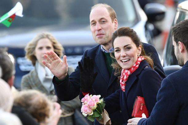 Kansa kerääntyi vastaanottamaan herttuaparia.