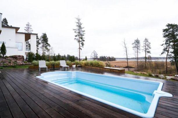 Asunnosta ja uima-altaalta on merinäkymät Haikkoonselälle.