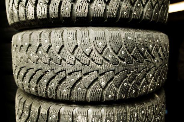 Joskus käytettynä voi saada hyväkuntoiset renkaat, joissa on sekä pintaa että nastoja riittävästi.
