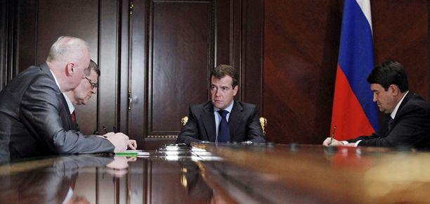 Presidentti Medvedev piti eilen hätäneuvonpitoa Venäjän syyttäjänviraston edustajien kanssa.
