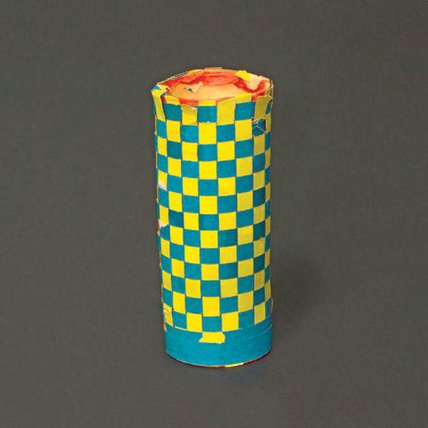 Tämä käsityötuntien klassikko on tehty vuonna 1972 Etelä-Savossa. Kynätelineessä vessapaperin hylsyn molemmat päät on jätetty rohkeasti avoimiksi.