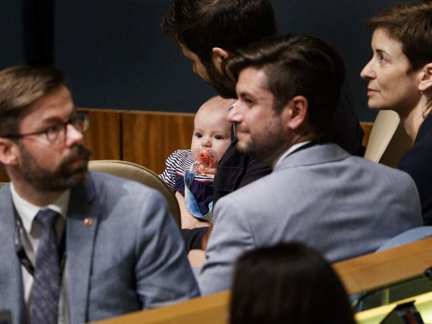 Clarke Gayfor piteli vauvaa sylissään Uuden-Seelannin pääministeri Jacinda Ardernin puheen aikana.