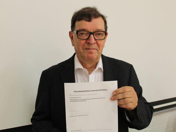 Paavo Väyrynen (kesk) kerää nimiä kansalaisaloitteelleen, jossa hän ehdottaa kansanäänestyksen järjestämistä Suomen jäsenyydestä euroalueessa.