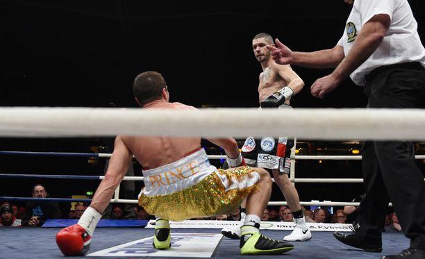 Edis Tatli kaatui ottelussa kertaalleen kanveesiin.