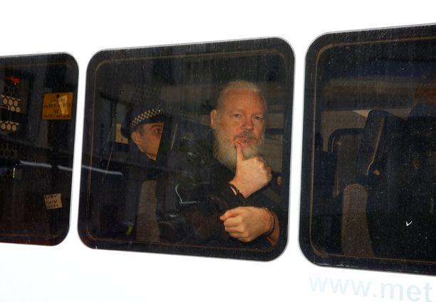 Poliisit hakivat Assangen suurlähetystöstä iltapäivällä.
