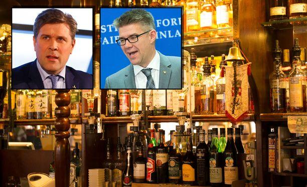 Oppositiopoliitikkojen baarikeskustelun nauhoitti ravintolan asiakas, joka oli kiinnittänyt huomiota juttujen sävyyn.  Kuvassa maan ex-pääministeri  ja ex-ulkoministeri ,