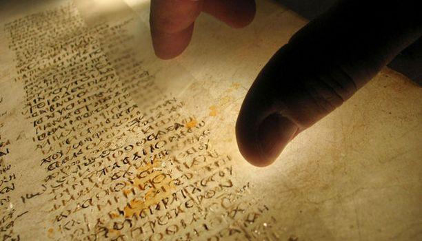 Alkuperäinen, eläimen nahalle kirjoitettu koodeksi on hajallaan Britanniassa, Saksassa, Egyptissä ja Venäjällä.
