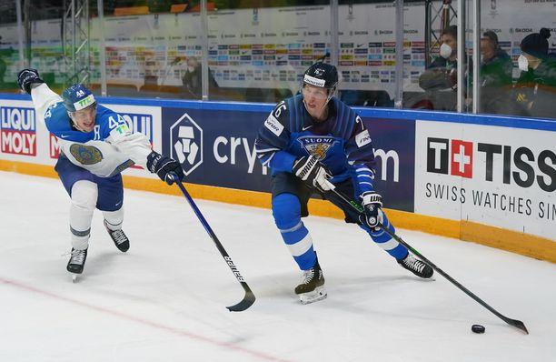 Leijonien mies. Jere Sallinen on tuttu kasvo maajoukkueessa. Hyökkääjä voitti maailmanmestaruuden keväällä 2019.