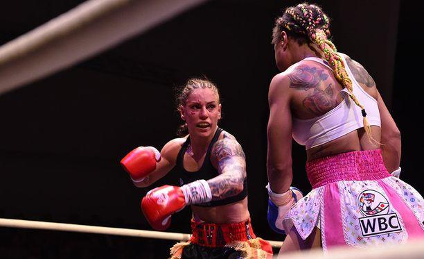 Eva Wahlström puolusti Kulttuuritalolla voitokkaasti WBC-liiton MM-vyötään Melissa St. Vilia vastaan.