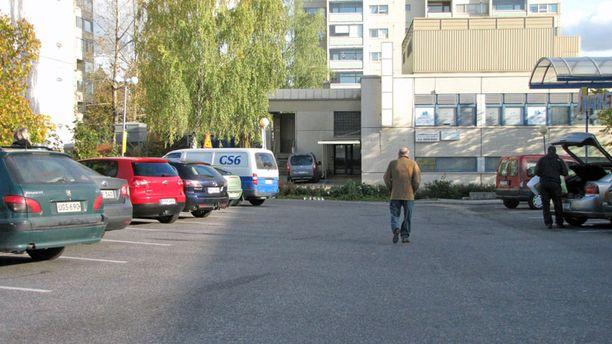 Nuorisojoukko nahisteli S-marketin parkkipaikalla.