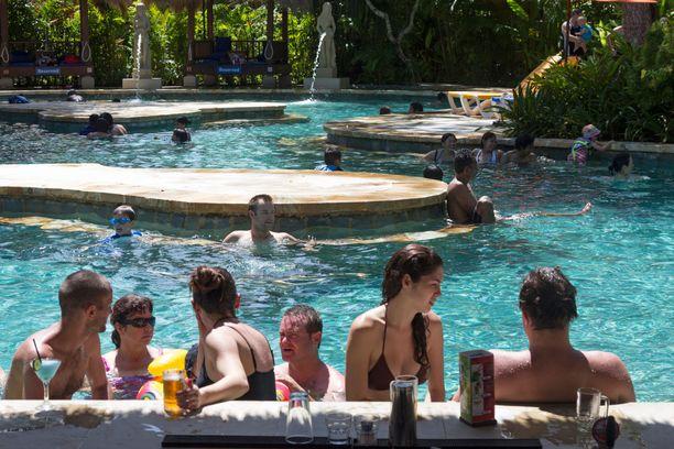 Waterbom-vesipuistossa voi halutessaan ottaa näin rauhallisesti.