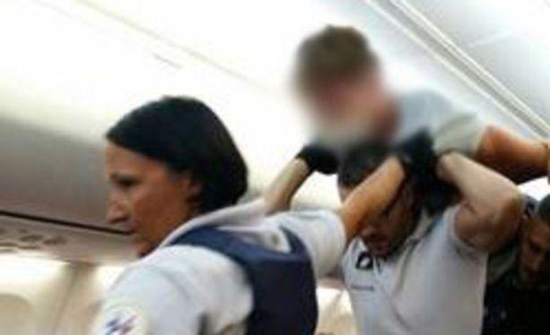 Aggressiivisesti käyttäytynyt mies poistettiin lennolta Pariisissa. Iltalehden lukija sai tilanteesta kuvan.