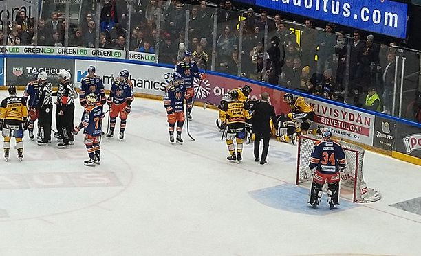 Radek Koblizek makasi jäällä pitkään taklauksen jälkeen.