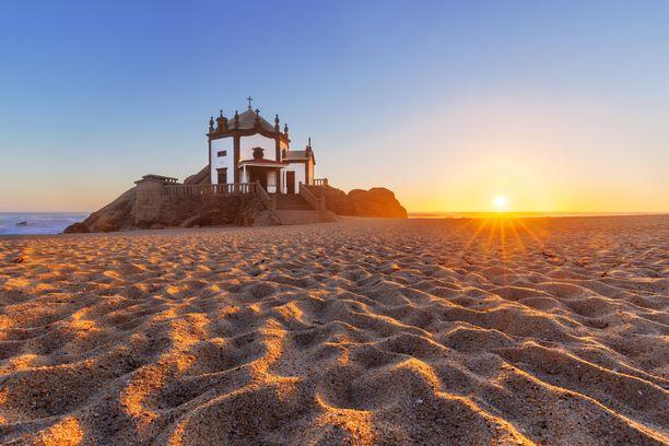 Turistimassat eivät vielä kansoita Miramarin rantaa.