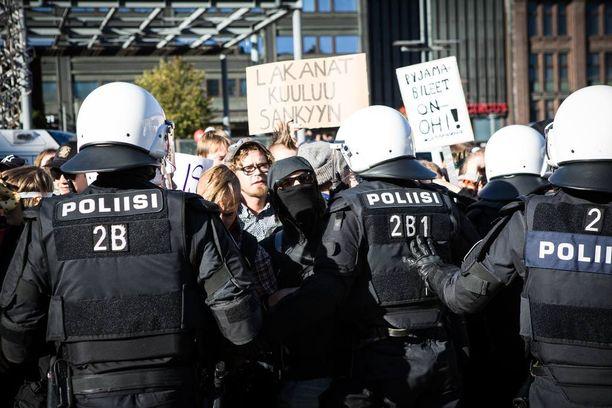 Mellakkapoliisit työnsivät ketjussa rasismin vastustajat omalle puolelle toria.