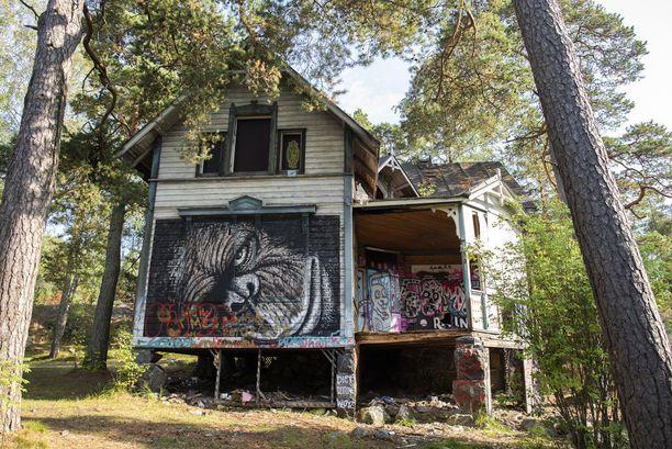 Villa Hällebon seinää koristavat melkoiset graffitit.