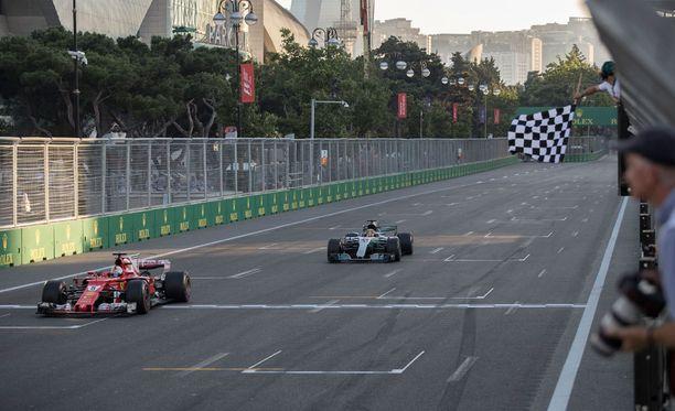 Sebastian Vettel (vas.) ajoi Bakussa maaliin ennen Lewis Hamiltonia.