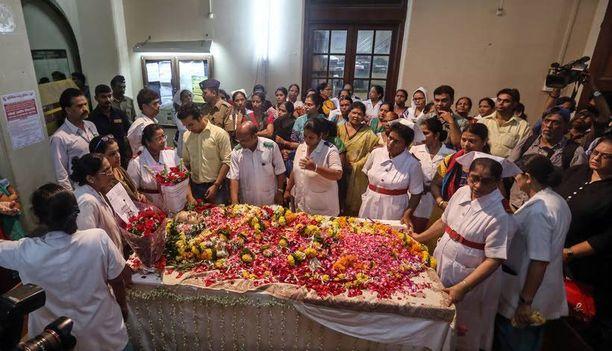 Sairaalan henkilökunta kerääntyi kunnioittamaan Aruna Shanbaugin muistoa.