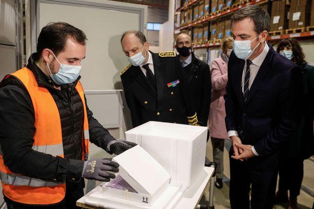 Ranskan terveysministeri Olivier Véran (oik.) kävi tiistaina siunaamassa koronarokotteen jakelukeskuksen Pariisin esikaupungissa.