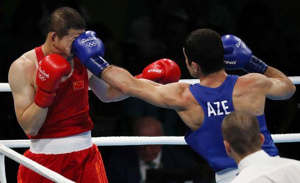 Kiinan Minggang Zhao saa iskun Azerbaidzanin Kamran Shakhsuvarlylta, joka sai pronssimitalin keskisarjassa (75kg).