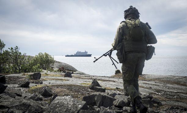 Suomalainen sotilas kansainvälisessä harjoituksessa Gotlannissa 2016.