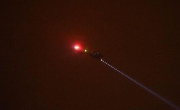 Helikopteri etsi tekijää yöllä.