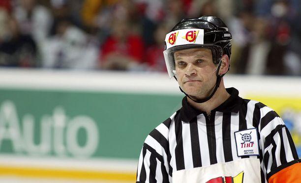 Hannu Henriksson loi hienon pelaaja- ja tuomariuran. Nykyisin hän on SM-liigan otteluvalvojana, vaikka on paremmassa fyysisessä kunnossa kuin valtaosa liigatuomareista.