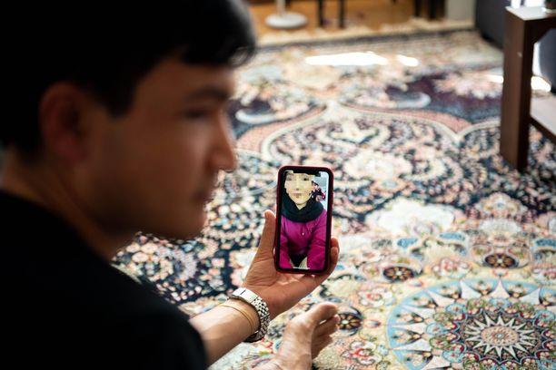 Rahima videopuhelussa Espoossa asuvan miehensä Naim Panahin kanssa perjantaina.