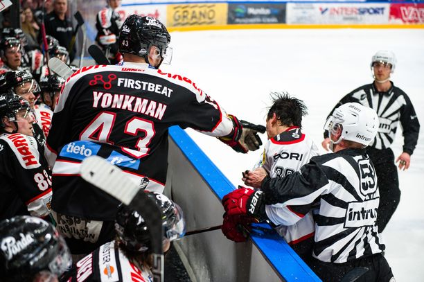 Nolan Yonkman tirvaisi tuijottamaan tullutta Matti Lambergia.