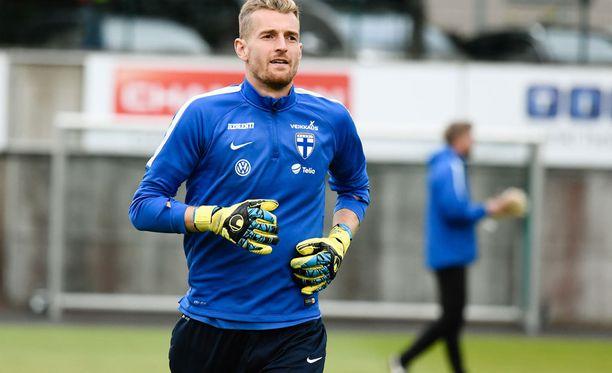 Lukas Hradecky valmistautuu lauantain Islanti-otteluun.