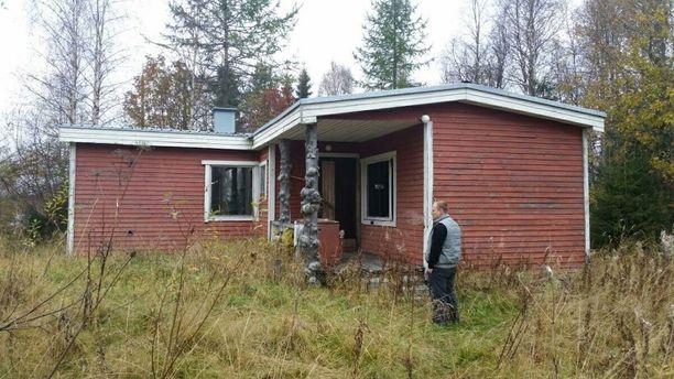 Irina Vattulaisen omistama talo oli talven kylmillään, mutta se oli tarkoitus ottaa kesämökkikäyttöön. Kuvassa on toinen Irinan pojista.