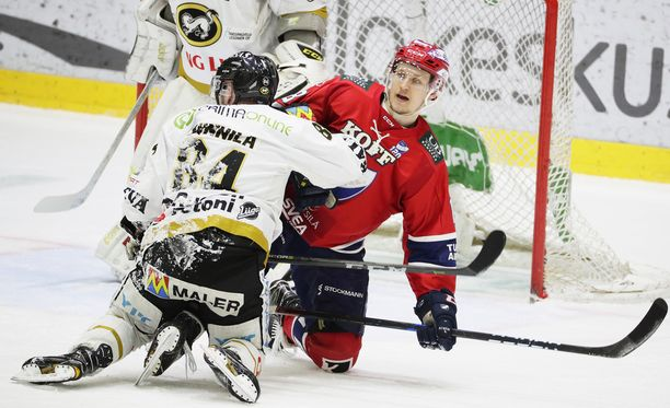 Kärppien Jyri Junnila ja HIFK:n Teemu Tallberg konttasivat jäähallissa.