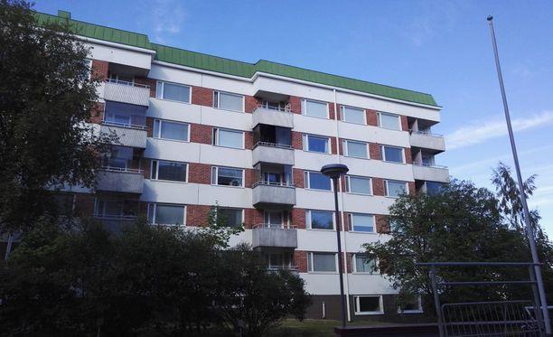 Pelastuslaitos lähti 13 yksikön voimin sammuttamaan tupakasta syttynyttä tulipaloa maanantaina Jyväskylässä.