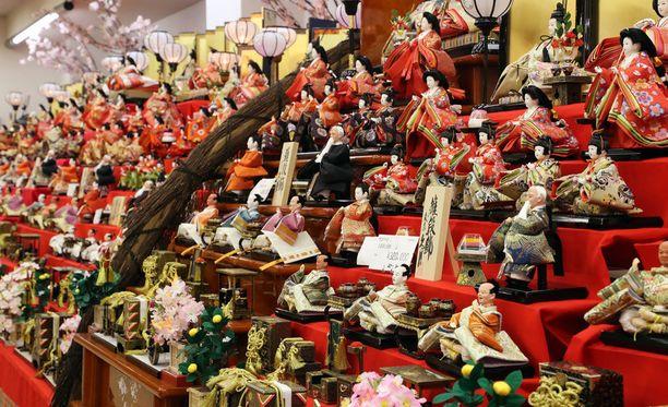 Wakamiyan pelissä opetetaan, kuinka perinteiset japanilaiset nuket tulee asetella.