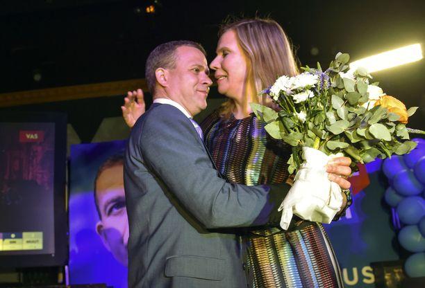Petteri Orpon ja Niina-vaimon herkkä hetki tallentui kameroille.